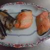 幸運な病のレシピ( 1465 )朝:小茄子漬け(ミョウバン)、鮭、サンマ、イカ、イカ焼き、味噌汁、豚ブロック漬け込み