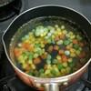 ミックスベジタブルをスープとカレーへ。