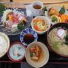 石川県白山市知気寺町にあるお食事処大名で、おすすめランチ(この日は魚の唐揚げ)の温かいうどんを選択。天ぷら付き。寄り道して、大吟醸とくるみきなこのミックスソフトも。