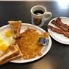 朝食はWaffle Houseで目玉焼きとハッシュポテトにカリカリ・ベーコン。