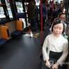 """韓国「バスに乗った'少女像'…""""慰安婦として連れて行かれた時、どれほど恐ろしかっただろうか""""」"""