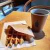素敵な店内Blue Bottle Coffeeでコーヒーとあたたかワッフル