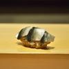 新富町の「鮨はしもと」でおまかせコース24(新子、ときしらず、本あら、小鰯、コーンの茶碗蒸し、平貝の味噌漬け焼き他)。