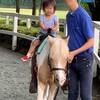 【初ポニー乗馬】「麻溝公園」のふれあい動物広場がコスパ抜群!100円でポニーもエサやりも楽しめる!