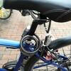 自転車のサドルにダイヤルワイヤーロックをかける。