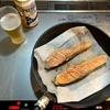 晩酌 プレモルとフライパンで焼き鮭