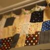 【ミニマリスト】収納スペースが丸見え!手芸用品の断捨離も兼ねて、パッチワークカーテンを作りました。