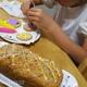 9歳、手作りケーキのデコレーションに挑戦!