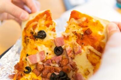 セブンイレブンの冷凍ピザがオーブントースターで焼きやすいので、夜食待機班として冷凍庫に忍ばせておこう。