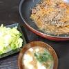 玉ねぎ糸こん牛肉炒め、浅漬け、味噌汁