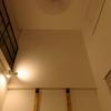吹き抜けリビングの採光 - 窓を減らして壁をふかすという選択