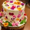 エディブルフラワーを使ったウェディングケーキ