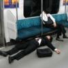 「海外反応」 「凄いポーズで寝てる日本のサラリーマンがいるんだけど」