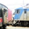 EF210-311号機と交換する121系電車青色帯