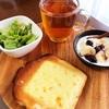 今日の朝食ワンプレート ・チーズトースト、紅茶、レタスビーンズサラダ、バナナブルーベリーヨーグルト