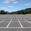 商業施設の駐車場で不思議な行動を取る人