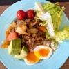 カレーには野菜と卵を添えて栄養価UPを!