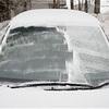 車の窓ガラスが凍ってる…! そんな時の対処法