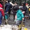 雪遊び、ならぬ泥んこ遊び
