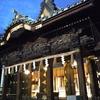 三嶋大社で夕暮れ時の参拝。社殿彫刻にかぶりつく(静岡県三島市)