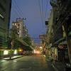 バンコクの夕方、大雨が降っています。ぼくは部屋でビールを飲んで、ニュースチェック。