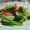 ほうれん草のトロットロもいいけれど、小松菜のシャキシャキも捨てがたい!今日は「小松菜と鶏ささみの塩いため」