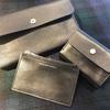 シンプルで機能的な革財布とポシェット!