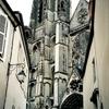 ブールジュのサン・テティエンヌ大聖堂の狭い正面広場