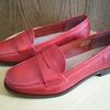 大人の女だから履ける上質な赤いローファー