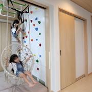 娘二人がボルダリングとブランコで遊ぶ、「贅沢ではないが安心して暮らせる」家