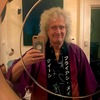 Queenのブライアン・メイ 特注の法被を着た写真を公開