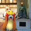 吼えるエンテイ、吼える日本橋三越のライオン像【ポケモンGOAR写真】