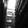 四方を高い建物に囲まれた異常なマンション