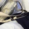 """【白】誰でも簡単!""""オールホワイトコーデ""""は、羽織ものやバッグに色を用いるとハードルが下がる。"""