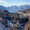 残雪を纏う華厳の滝