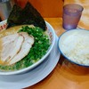 「たまがった 横浜西口店」で九州とんこつラーメンを食べた感想。臭みなく濃厚な豚骨スープには替え玉が必須ね。16時までライス付きます!