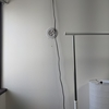 ベッド脇のライトの電源ケーブルを隠してみた
