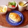 ロールパン、サラダ、コーンスープ、りんご。