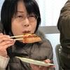 箸でピザを食べる