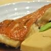 豊洲の「魚がし料理 粋のや」で金目鯛煮付け。