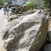 西日本豪雨で大きさ数m・重さ10トンもの巨岩『コアストーン』が山から住宅地へ!表層崩壊が引き金となって住宅地を襲ったか!?