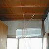 ポロポロ落ちる繊維壁に合板下地重ね張りでクロス仕上げ例。