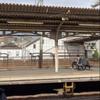 瞬間映像!JR京都線 吹田駅で線路内立ち入り人が逃走して駅員確保