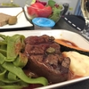 ビジネスクラスの機内食にステーキを選ぶかどうか