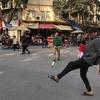 ベトナムのハノイの道路での不思議な遊び