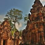 「バンテアイ スレイ(Banteay Srei)」~赤色砂岩の美しいレリーフがそのまま残る寺院 ①