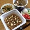 カップ麺(わかめそば、ソース焼きそば)、サラダ