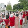 安保法廃止へ思いつなぐ 国会前で女性5000人「赤い鎖」- 東京新聞(2016年6月5日)