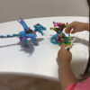 Netflixオリジナルアニメ『LEGO Elves: エルブンデールの秘密』を見て、レゴで飛行船やドラゴン作りを楽しむ3歳の娘。