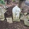 見るも悲しき岡津古久の墓石と石塔郡たち(厚木市)